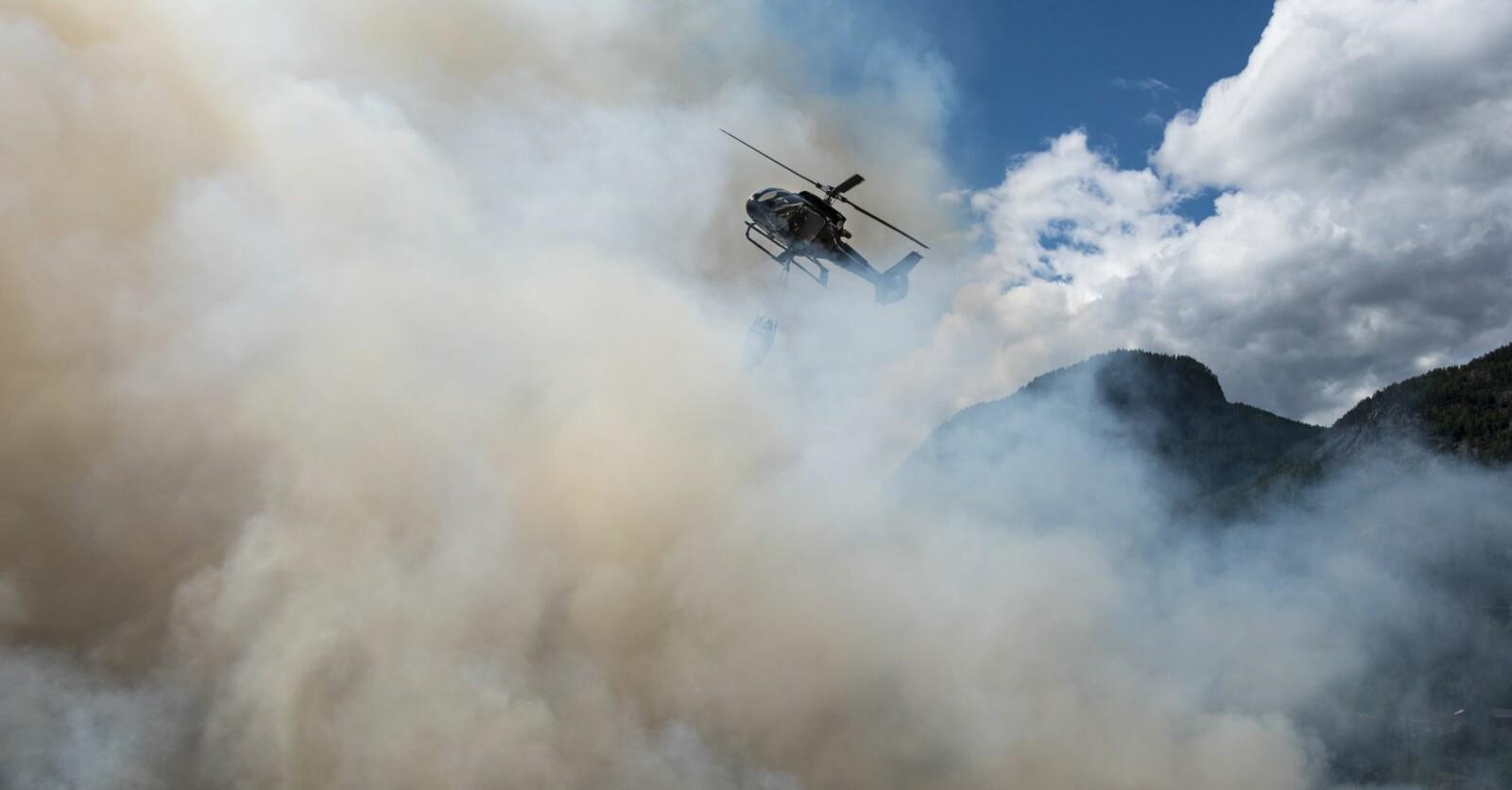 <b>PILOT I RØYKEN:</b> Røyk og turbulens fra flammene er de største utfordringene for en brannhelikopterpilot.