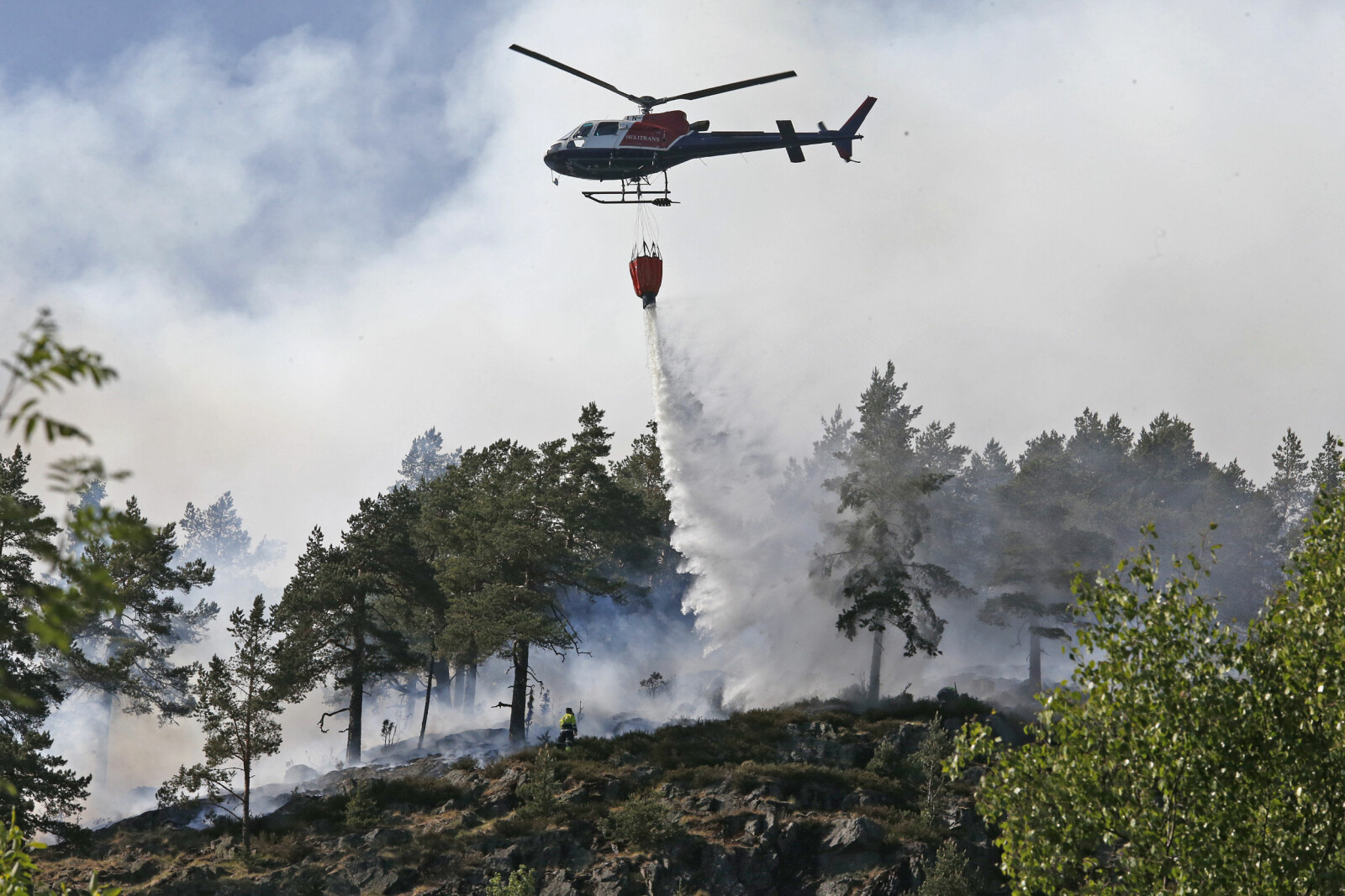 <b>TRAVELT:</b> Frem til 12.6 var det registrert i alt 904 branner i skog og innmark. Her er et skogbrannhelikopter i aksjon i Lommedalen i Bærum.