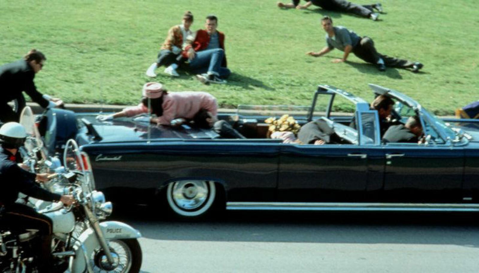 <b>KENNEDY BLIR SKUTT:</b> Krimreporteren satt hjemme i stuen og så på TV at vennen, president John F. Kennedy, ble skutt i Dallas i november 1963.