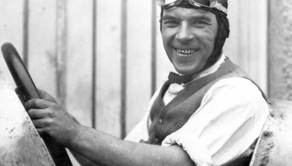 """<b>FRYKTLØS:</b> Sigurd """"Sig"""" Haugdahl satte dype hjulspor etter seg i amerikanske grusbaneløp, og ble verdens første til å kjøre 180 miles/hour (289 km/t)."""