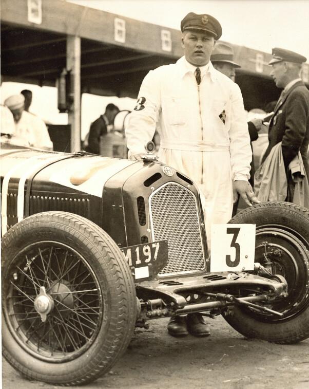 <b>STIL:</b> En slipskledd racerkjører Eugen Bjørnstad med sin Alfa Romeo. FOTO: Mortens Larsens samling