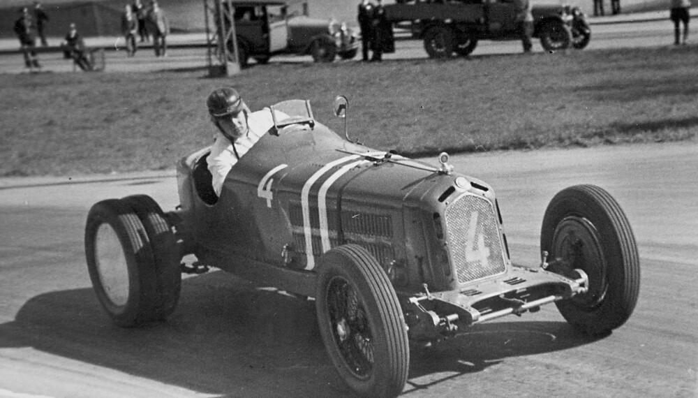 <b>DRISTIG:</b> Eugen Bjørnstad i Alfa Romeo med tvillinghjul og hjelm som ikke er festet. FOTO: Morten Larsens samling
