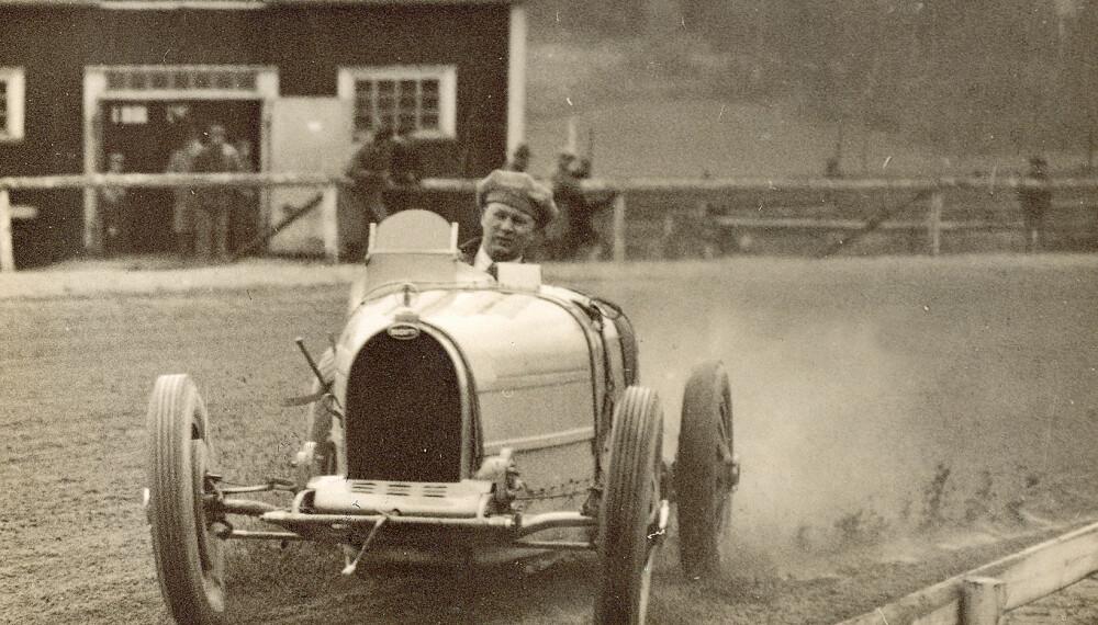 <b>INGEN HJELM:</b> Eugen Bjørnstad i klassisk stil i en Bugatti, med capsen bak frem. FOTO: Mortens Larsens samling