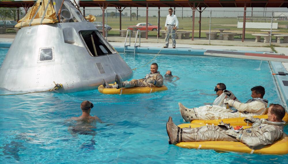 <b>BASSENGTRENING:</b> Juni 1966. Mannskapet på Apollo 1 trener på evakuering i vann med en fullskala-modell av kommandoseksjonen.