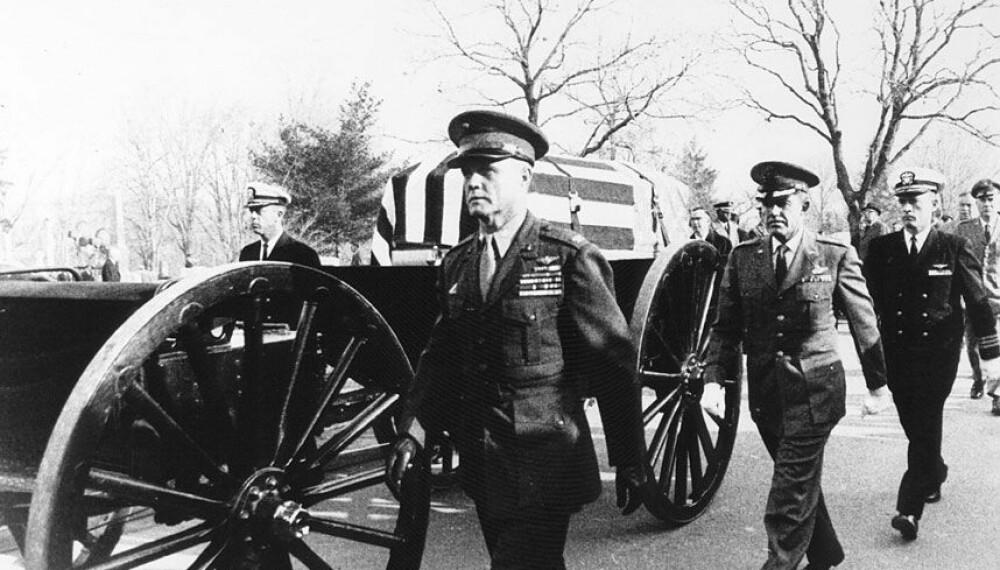 <b>GRISSOMS BEGRAVELSE:</b> Fra Grissoms begravelse. Forrest i æreskortesjen sees oberst John Glenn, USAs første astronaut i bane rundt Jorden. Grissom og Chaffee er begravet på Arlington-kirkegården, White ved West Point.