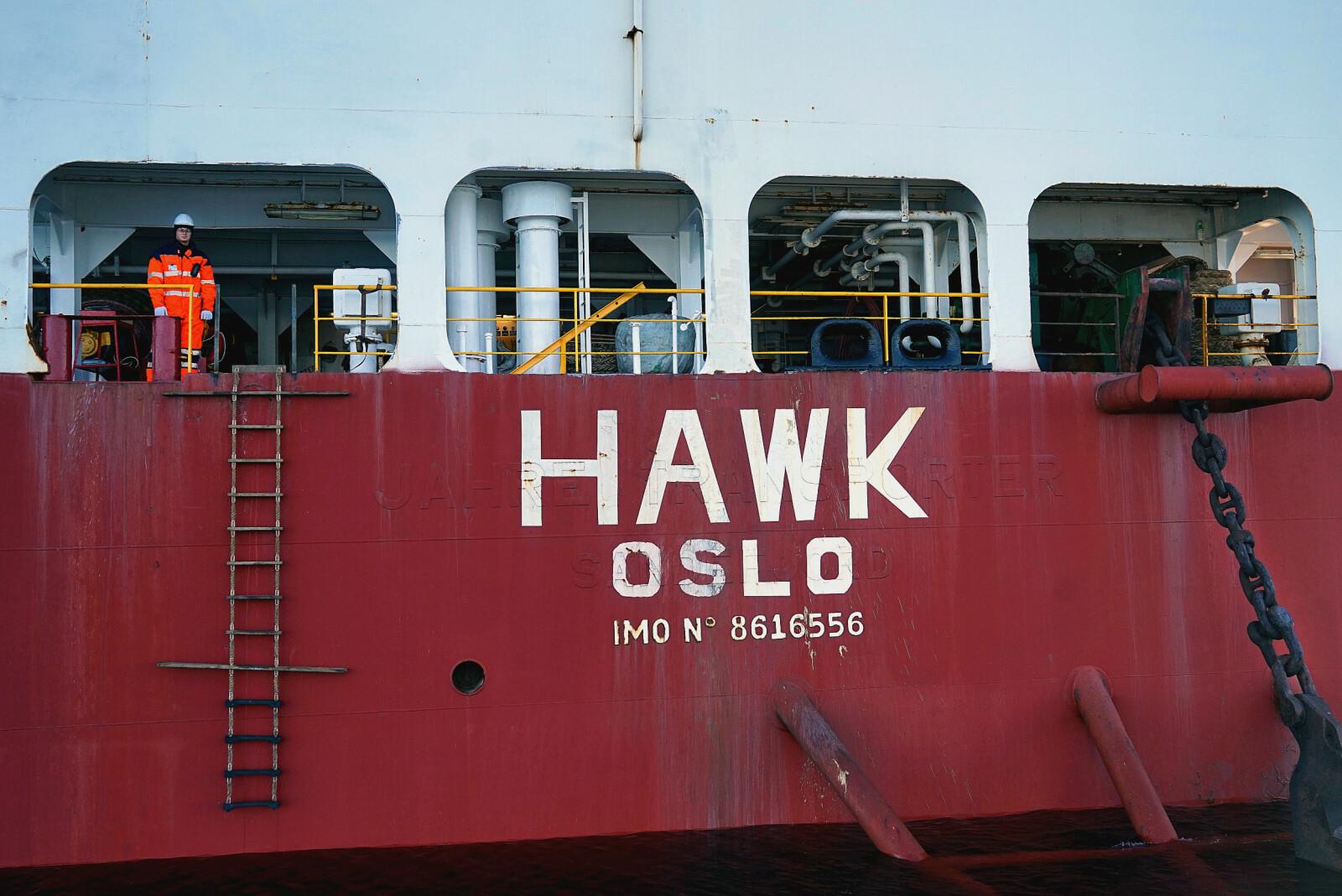 <b>VELKOMMEN:</b> Før avlasting gjennomgår frakteskipet Hawk såkalt balastering, hvor det pumpes inn enorme mengder vann slik at halve skipet senkes under vannoverflaten.