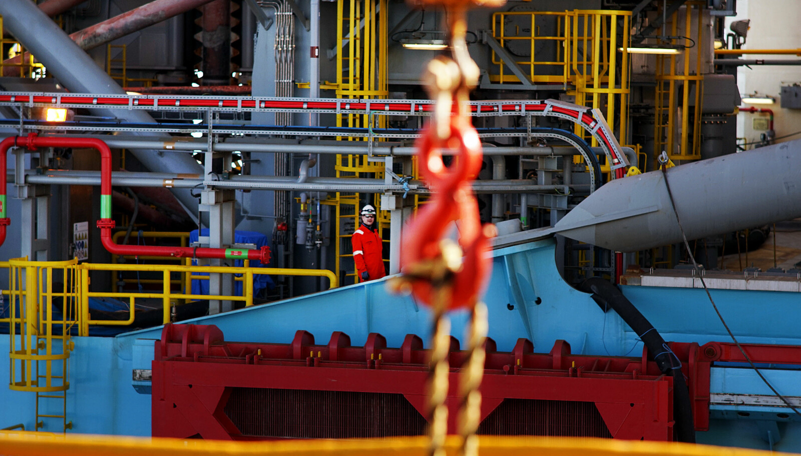 <b>ISOLERT:</b> En arbeider på Maersk Invincible på vei til kobling av slepeliner.