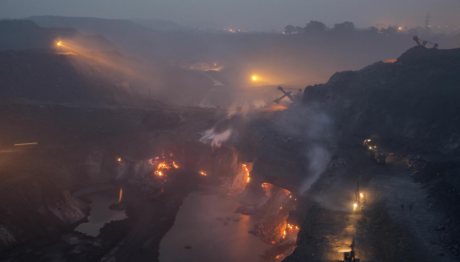 <b>JORDEN BRENNER: </b>Bli med Johnny Haglund til stedet der jorden har stått i brann i over 100 år.
