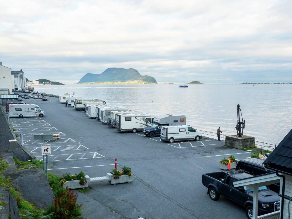 <b>UT MOT HAVET:</b> Bobilparkeringen er asfaltert og godt organisert, og fremste rekke har flott utsikt mot havet.