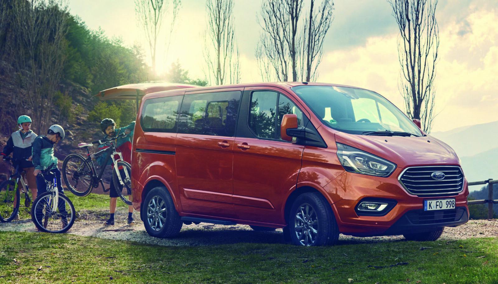 LADER OPP: Ford Tourneo Custom kommer også som ladbar hybrid.