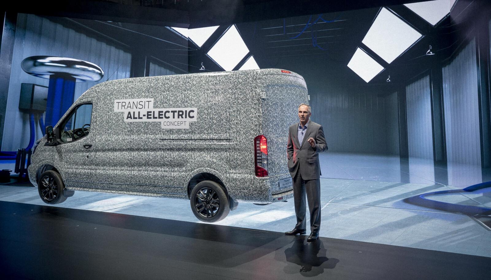 ELEKTRISK TRANSIT: Her presenteres den helelektriske 2-tonns Ford Transit av Ford Europas visepresident for marketing salg og service, Roelant de Waard