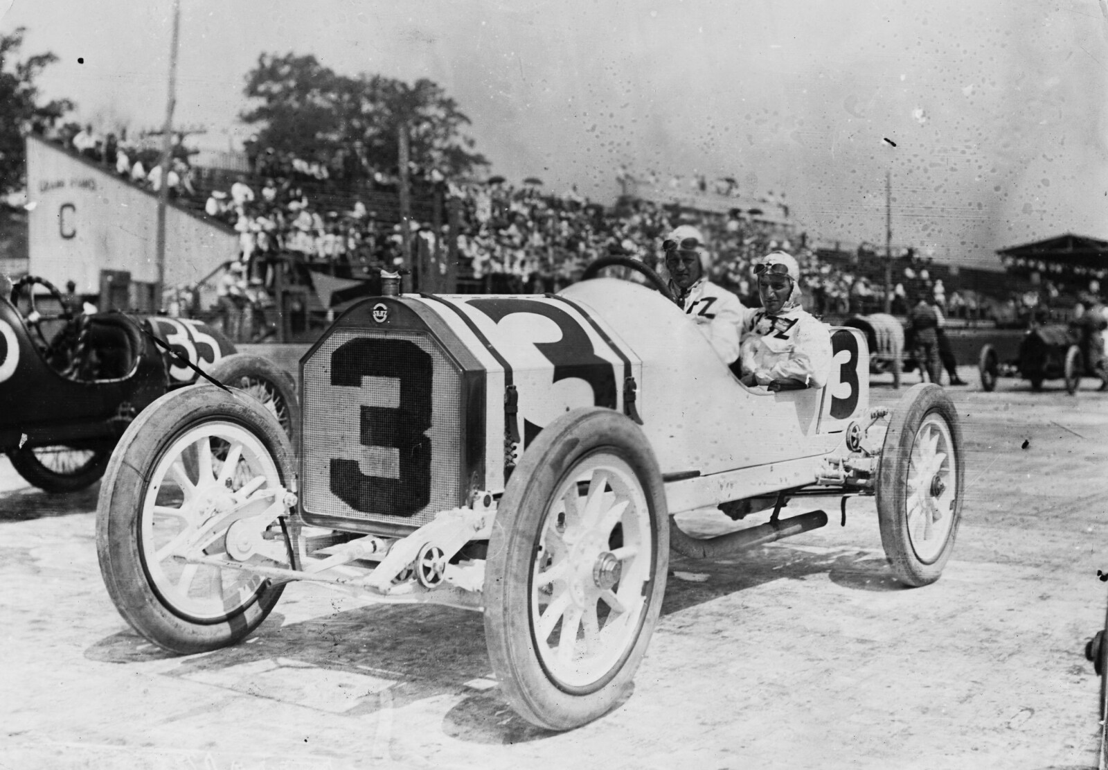 <b>INDIANAPOLIS:</b> Gil Andersen med sin mekaniker i en Stutz Bearcat-racer under Indianapolis 500 i 1913. FOTO: Topical Press/Hulton Archive/Getty Images.