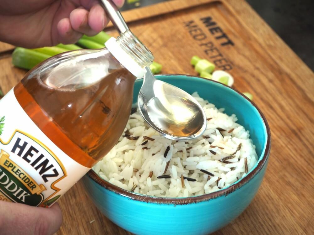 <b>SMAK TIL: </b>Ha litt eddik i risen, rør rundt, og smak.
