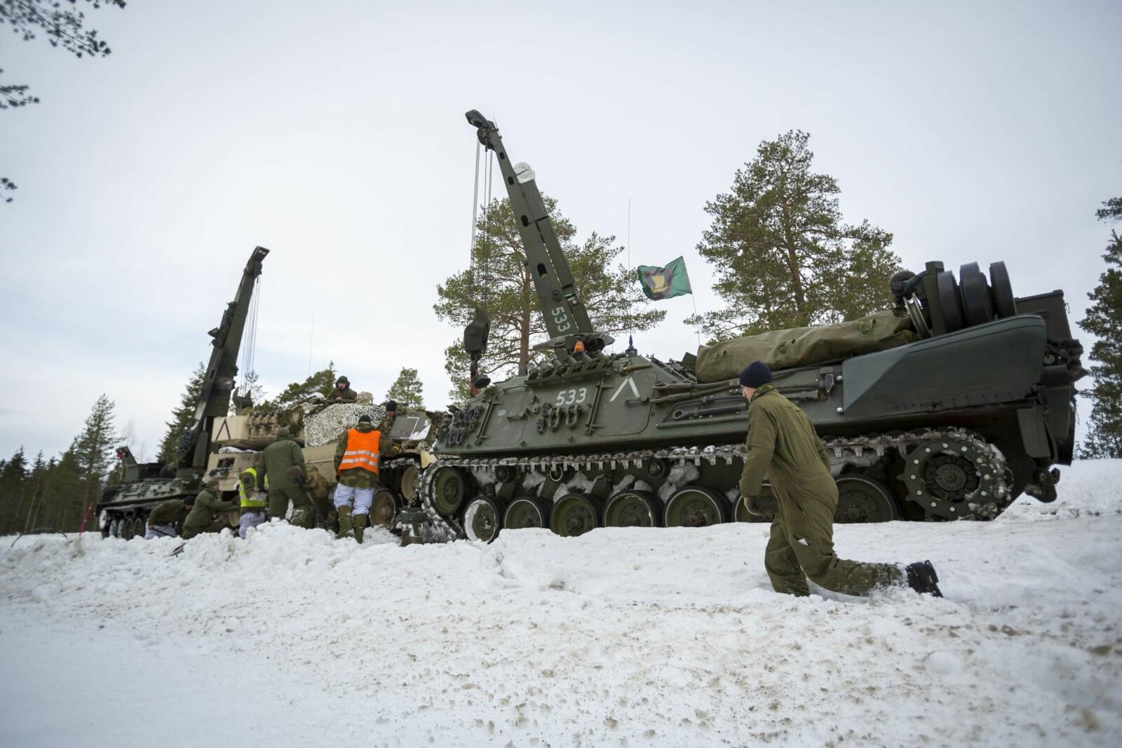 <b>TO MÅ TIL:</b> Det må to NM217-vogner til for å berge en Leopard 2. Wisent 2 greier jobben alene.