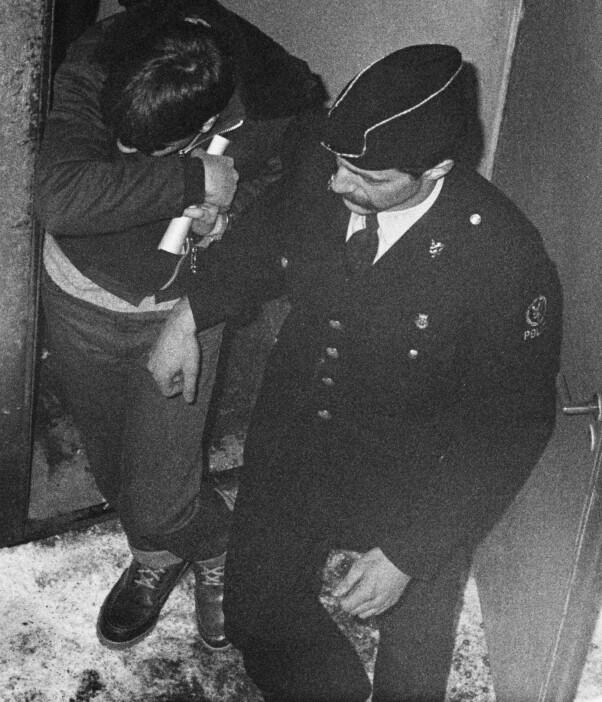 <b>RETTSSAKEN:</b> Johnny Olsen gjemmer ansiktet idet han føres ut av retten.