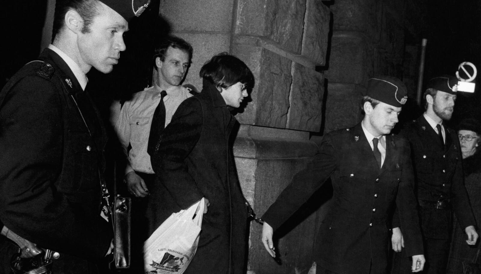 <b>I JERN:</b> Her føres siktede John Charles Hoff ut av retten, lenket til en politibetjent. Foto: Paul Owesen / NTB