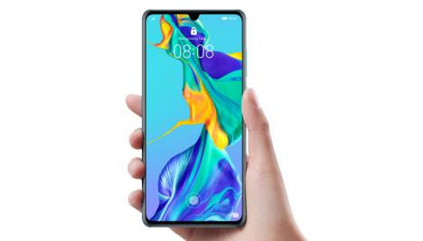 <b>HÅNDTERBAR:</b> Selv med en 6,47 tommer stor skjerm, er Huawei P30 Pro svært håndterbar med en hånd.