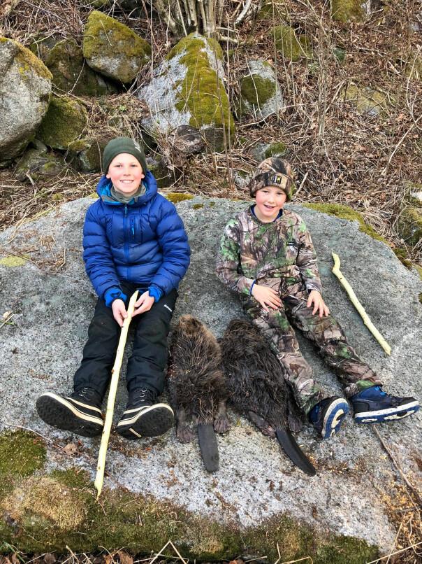 <b>BEVERFANGST: </b>Espens gutter, Emil (12) og Elias (8), er ivrige følgesvenner på jakt. Her fra en tur i fjor med bevere som fangst.
