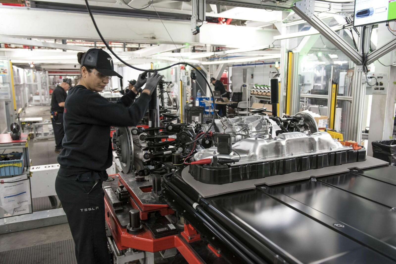 <b>MANUELT:</b> Også manuelt arbeid er en viktig del i produksjonen. Jaqueline dos Santos jobber med sammenstilling av batteri og chassis på en Model S.Huner en av 10 000 ansatte på to skift.