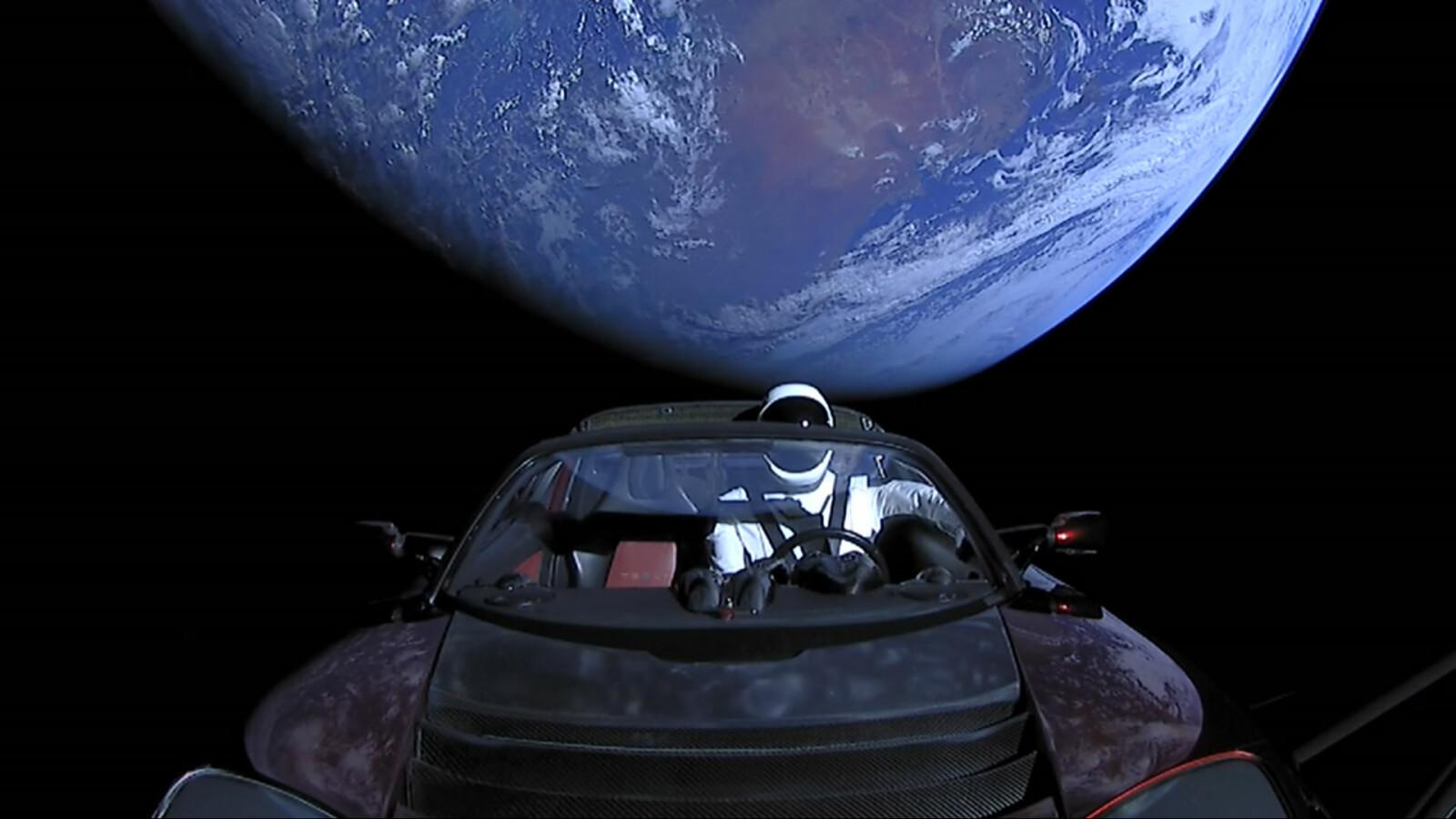 <b>STARMAN:</b> Elon Musks egen Tesla Roadster på vei vekk fra jorden på toppen av en rakett. I dag har bilen tilbakelagt over 700 millioner kilometer i verdensrommet.