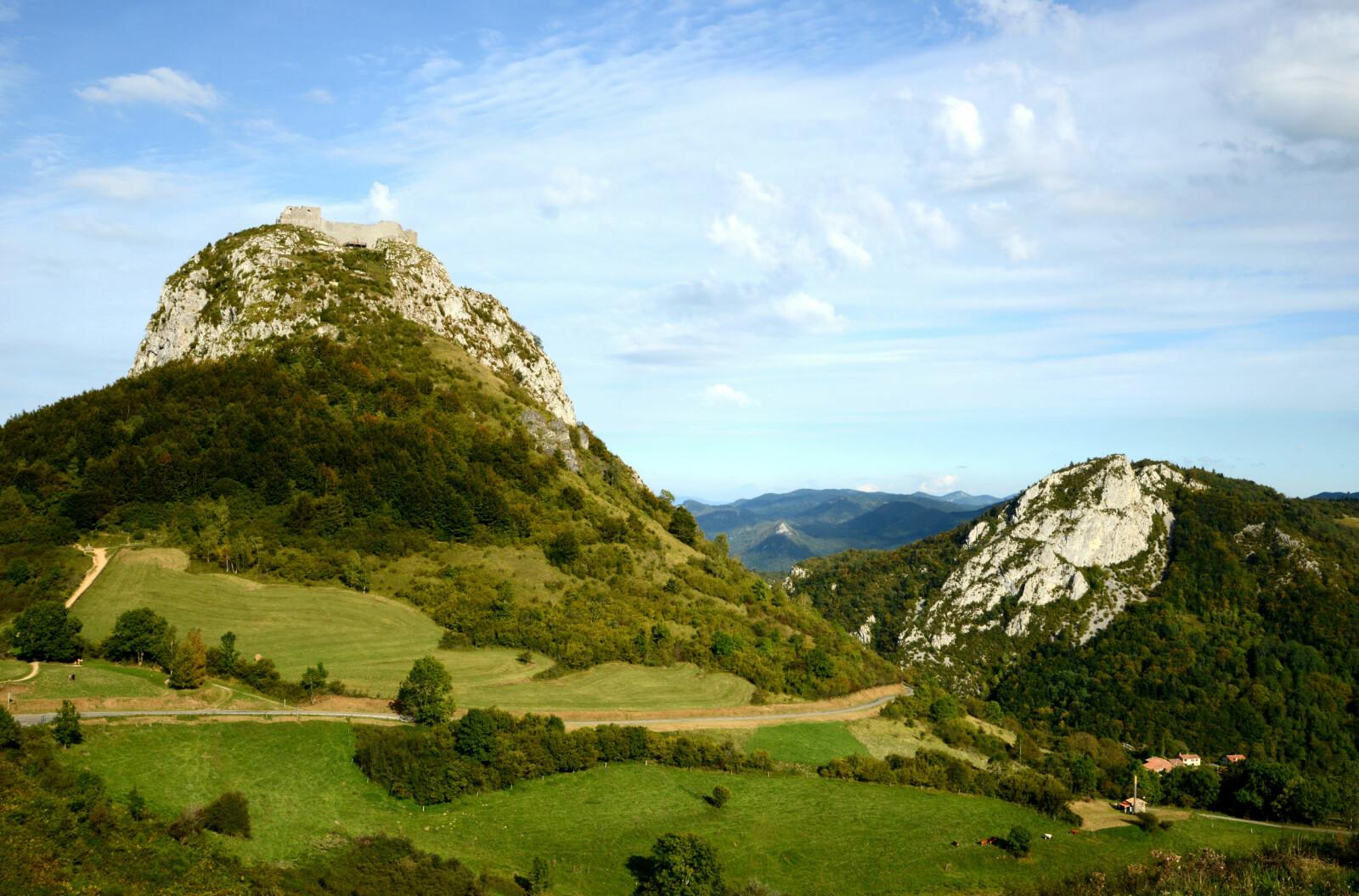 <b>MONTSÉGUR:</b> 1200 meter over havet, høyt oppe i Pyreneene, ligger katarenes siste skanse.