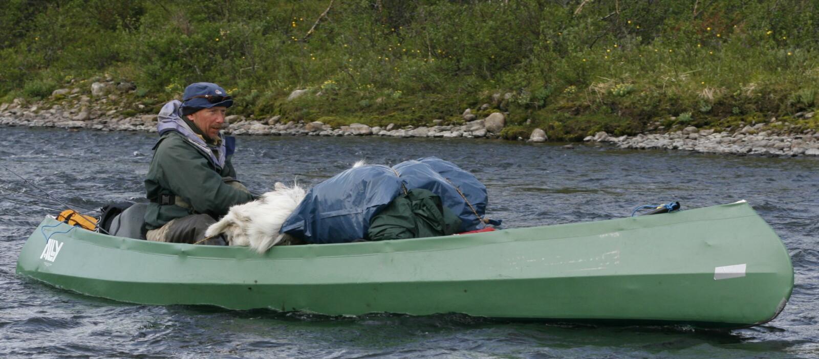 <b>ELVEFISKE: </b>Bjørn har et våkent øye for gode fiskeplasser, og styrer mot land hvis det dukker opp en fristende strømkant.