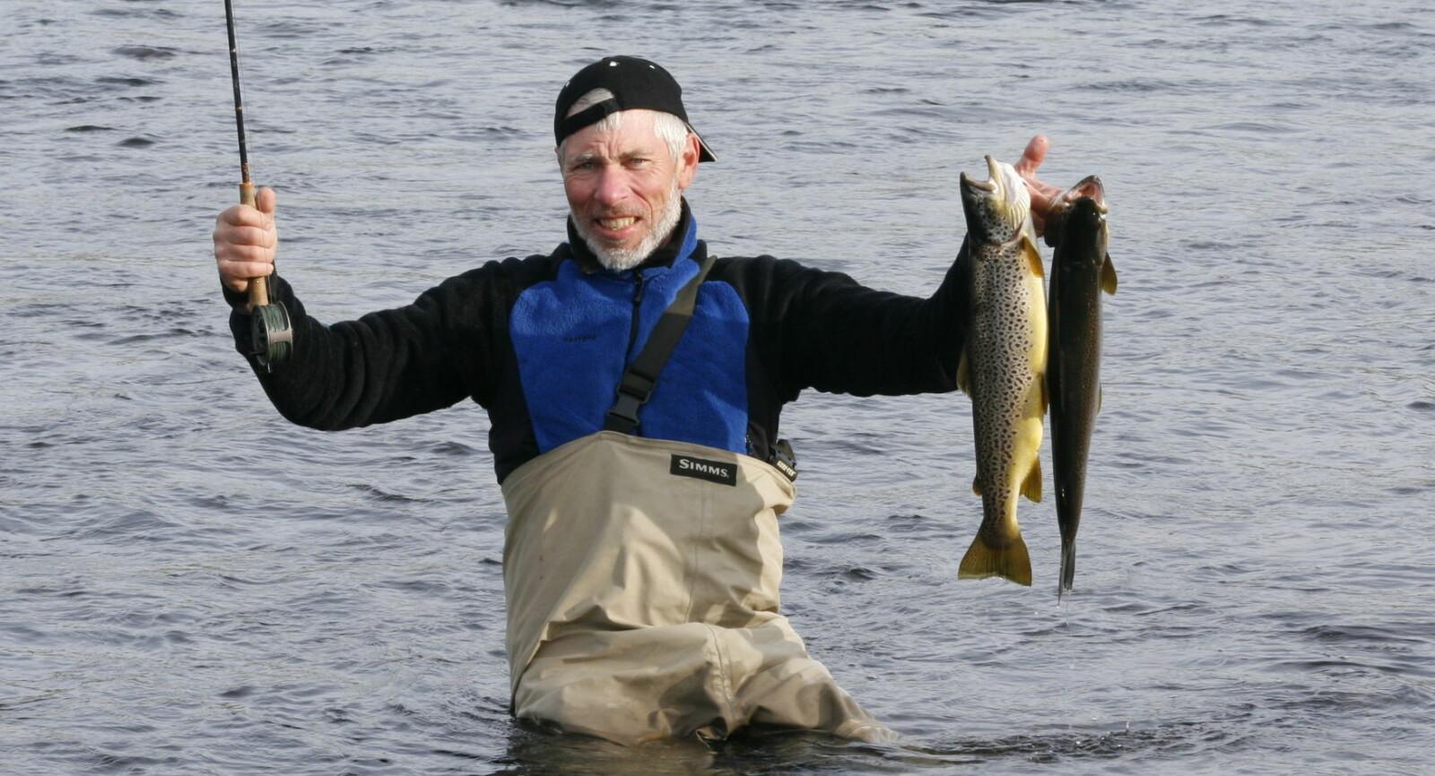 <b>ØRRETFISKE:</b> Dag Kjelsaas er en erfaren jeger og fisker. Nå gir han deg tips til hvordan du fanger ørreten når du fisker i elv.