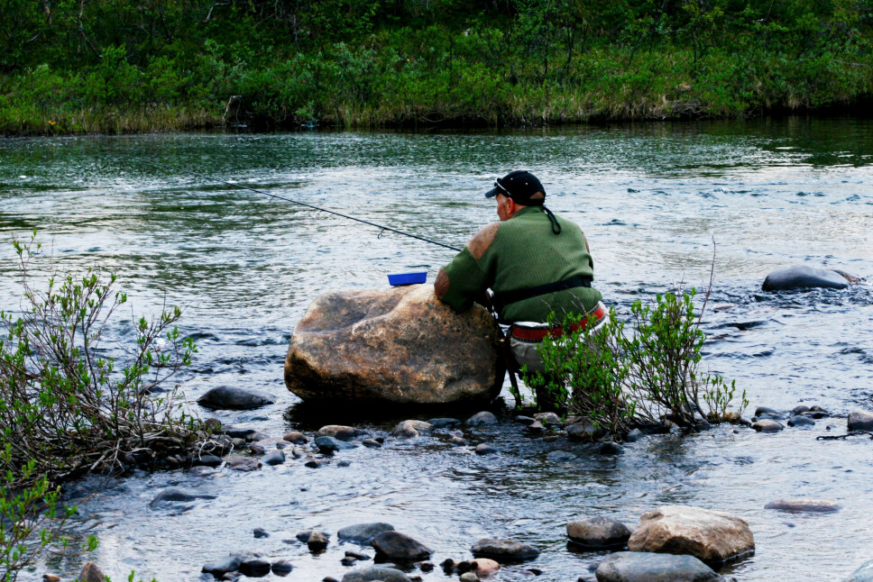 <b>TÅLMODIGHET:</b> Det skal en dose tålmodighet for å se vak i en elv. Vi tok også den lyse natta til hjelp.
