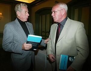 <b>KOLLEGER:</b> Tidligere sjef i mordkommisjonen. Reidar Bjørn-Larsen (t.v.) og Leif A Lier jobbet sammen på drapssaken i 1971. Her avbildet under lanseringen av Liers bok «En reisende i mord» i 2002.