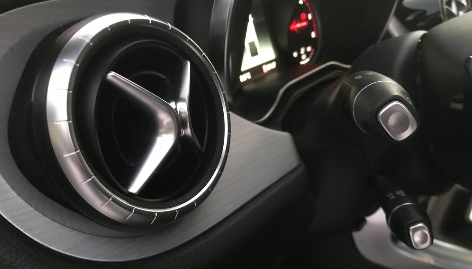 FRA MERCEDES: Luftventilene og rattet med hendler kun på venstre side, er distinkt Mercedes.