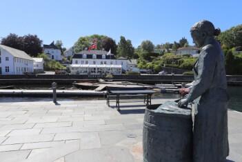 <b>BEKKJARVIK:</b> To av de mest kjente landemerkene her på Selbjørn er statuen Sildajento og Bekkjarvik gjestgiveri i bakgrunnen.Det har vært i drift siden slutten av 1600-tallet da stedet etablerte seg på grunnlag av sildefiske. Ved siden av salting av sild, har Bekkjarvik livnært seg på hummer, tønne- og notproduksjon. Gjestgiveriet har fått gourmetstempel, takket være Bocuse d`Or-vinner fra 2015 Ørjan Johannessen.
