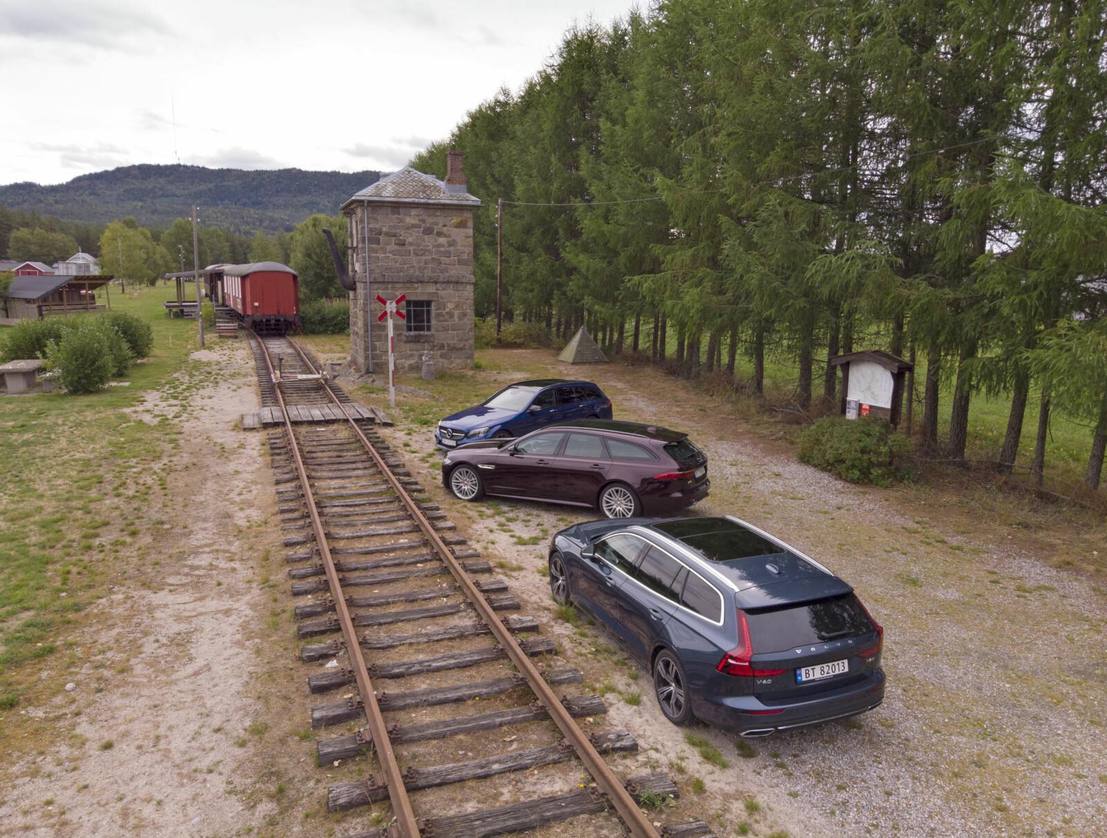 <b>PÅ SKINNER:</b> De luksuriøse stasjonsvognene oppleves ofte som å gå på skinner, selv om det er store individuelle forskjeller mellom dem. Bildet er fra Simonstad stasjon på det som er igjen av Treungenbanen i Åmli.