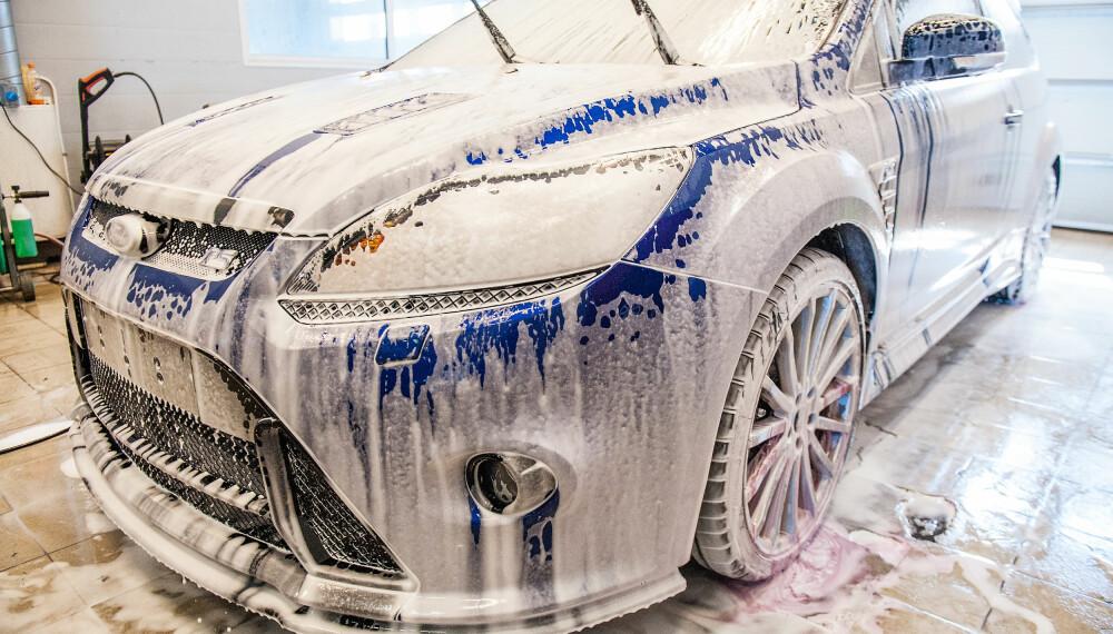 <b>SKUMKANON: </b>Skumkanonen blander såpe, vann og luft, slik at du kan skumlegge bilen. Flaska fylles med såpe eller en blanding av såpe og vann, avhengig av hvilken såpe som velges.