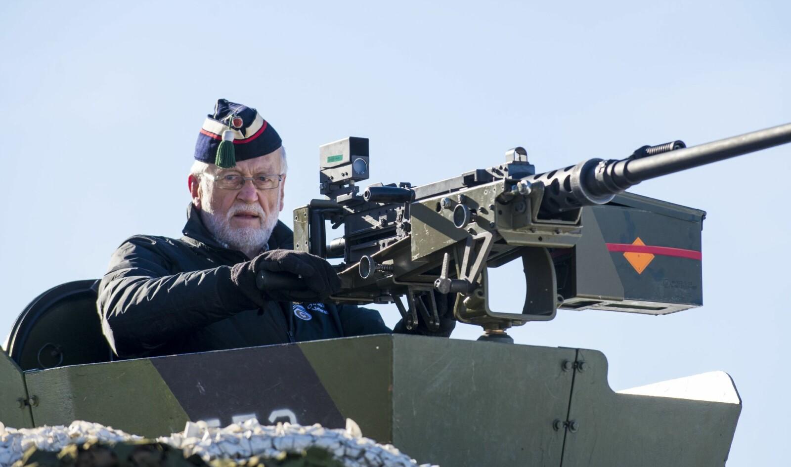 <b>VETERANER:</b> Hans-Erik Grimsrud har kjent 12,7mm- mitraljøsen siden 1965.