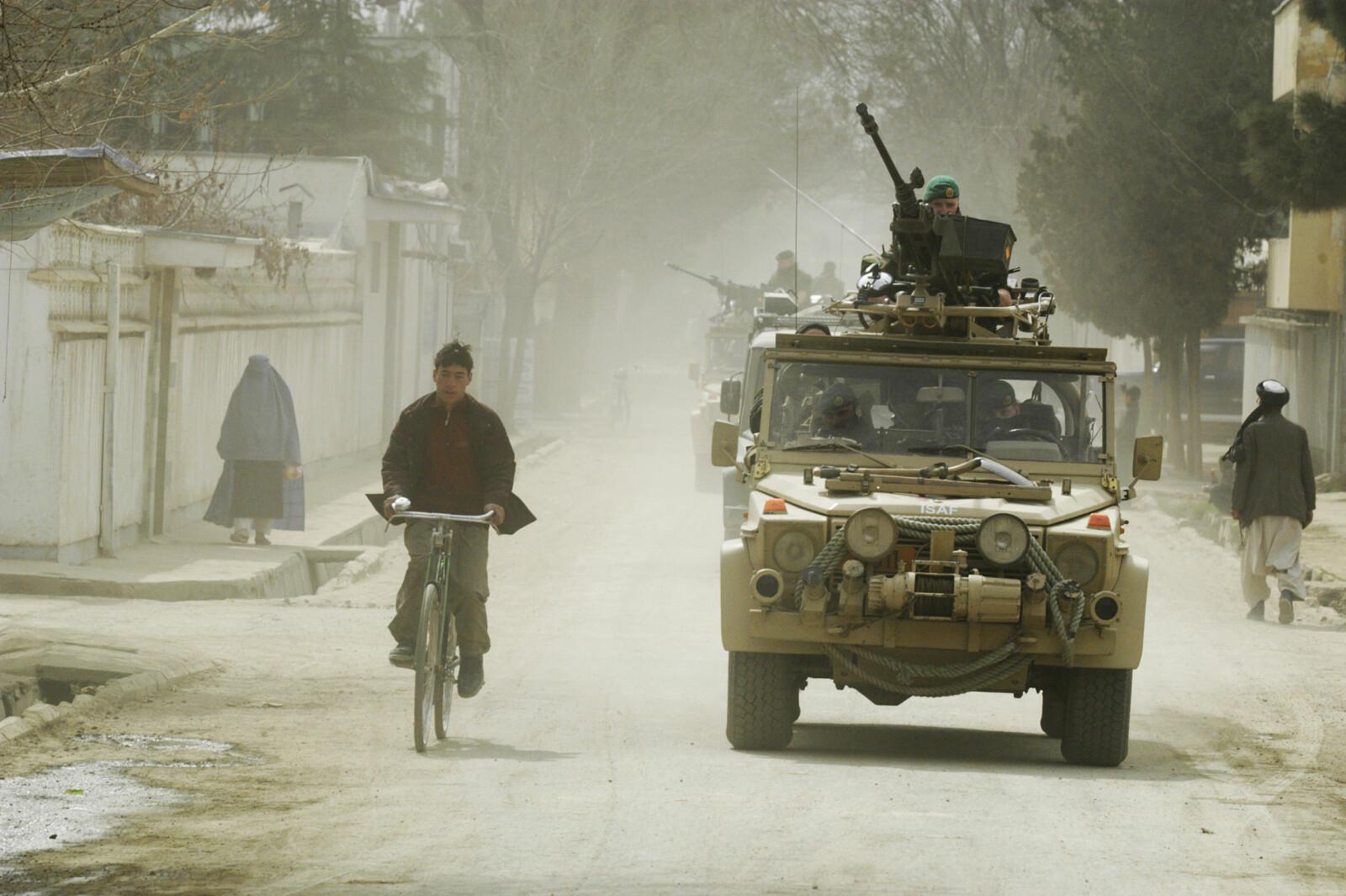 <b>ALLE KRIGERS VÅPEN:</b> Norsk patrulje i Kabul i 2004 med tolvsjuen montert på et lett multikjøretøy.