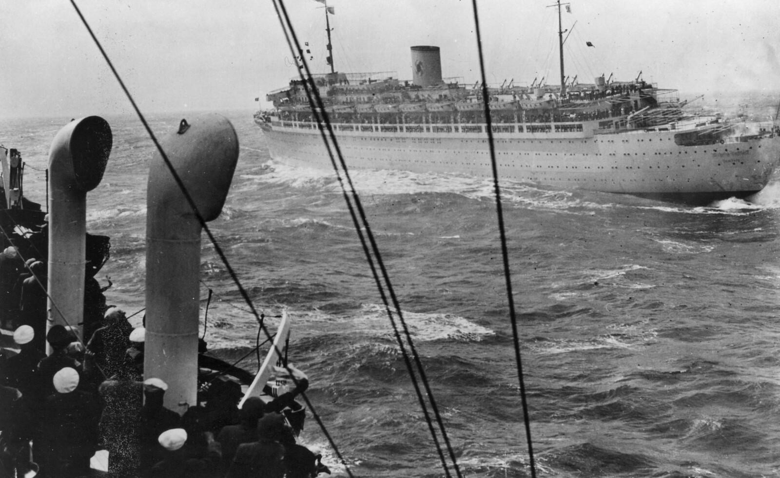 <b>NORDSJØEN:</b> Det tidligere cruiseskipet i tøft vær i Nordsjøen i 1938.