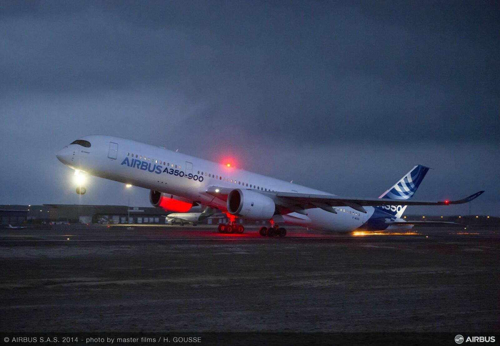 <b>GNISTREGN:</b> Når halen skraper langs asfalten i 250 km/t kan gnistregnet bli spektakulært. Bildet er tatt under en kontrollert tailstrike-test med prototypen til Airbus A350.