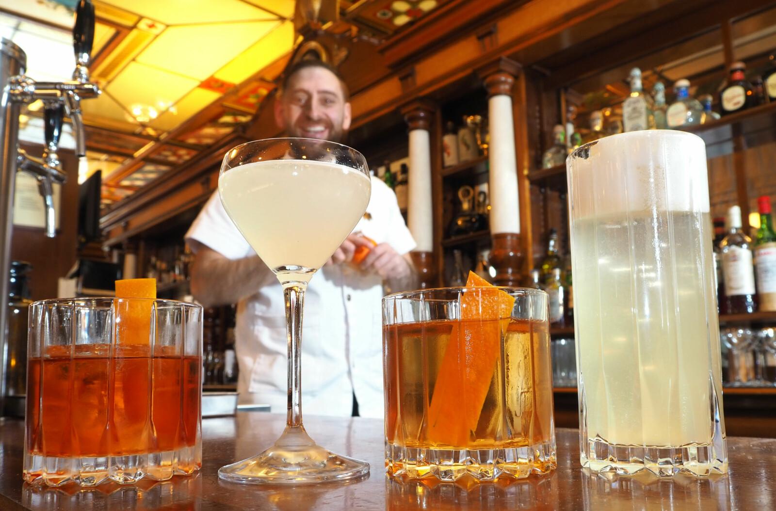 <b><SPAN CLASS=BOLD><STRONG>FIRE ESS:</b></strong> </span>Neste gang du er på bar, bestiller du en av disse drinkene. Fra venstre: Negroni, Gimlet, Old Fashioned og Morning Glory Fizz.