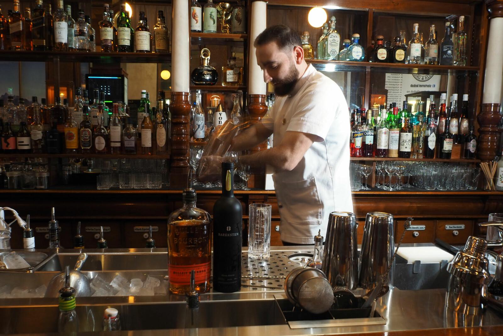 <b><SPAN CLASS=BOLD><STRONG>DRINKER FOR MENN:</b></strong></span> Bartender Yunus Yildiz har fartstid fra Himkok, som er kåret til verdens 19. beste bar. Nå driver han Svanen/D.G.A på Karl Johan.