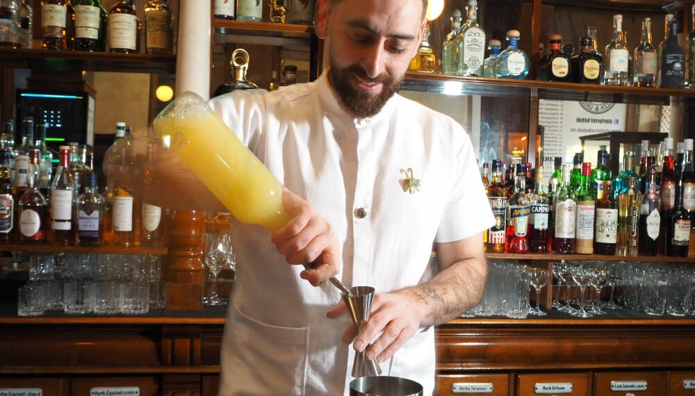 <b>STANDARDUTSTYR: </b> Sitronsaft bør alle drinkemiksere ha for hånden. Press sitroner selv eller kjøp Rose's Lime - sitronsaft ferdig balansert med sukkerlake.