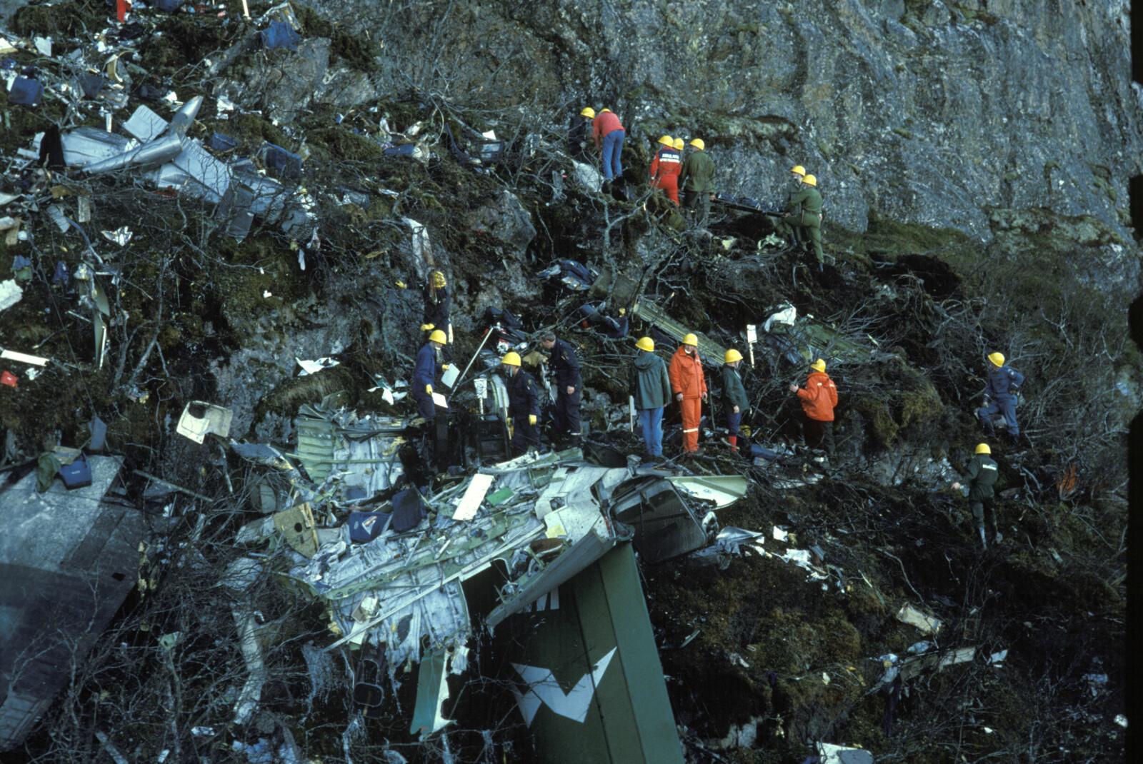 <b>VRAKET:</b> Flyet ble knust mot fjellveggen før delene falt ned et stup til foten av Torghatten. Redningsmannskapene hadde en vanskelig jobb med å søke gjennom vrakrestene.