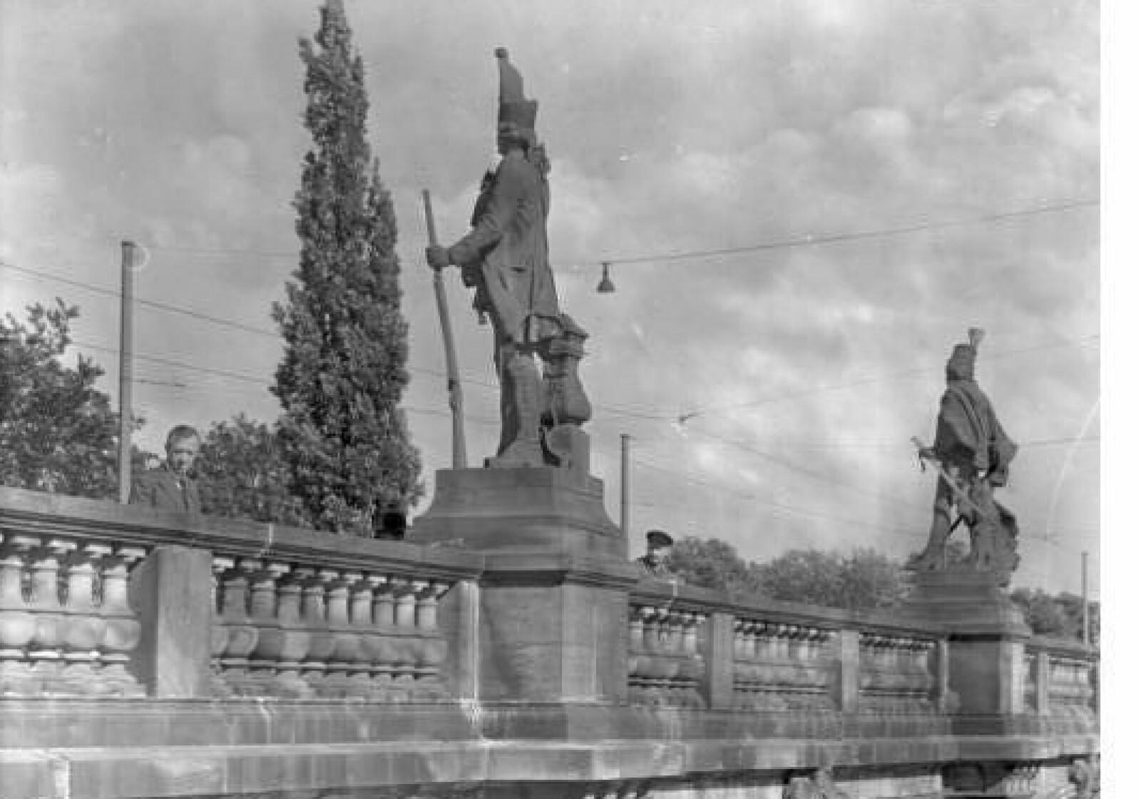 <b>1928:</b> Fra 1895 prydet Jonas og tre andre «Langen Kerls»-soldater Lange Brücke i Potsdam. Her stod de helt til britens voldsomme bombeangrep natten til 14. - 15. april 1945 som la Potsdam i grus. Foto: Bundesarchiv