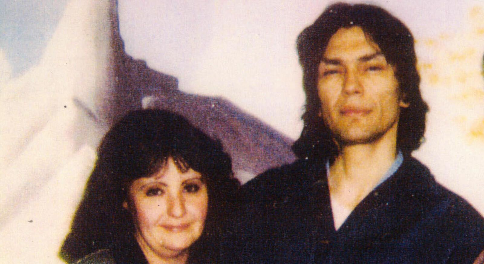 <b>DRAGET PÅ DØDSCELLA:</b> Doreen Lioy (t.v.) sendte seriedrapsmannen Richard Ramirez intet mindre enn 75 kjærlighetsbrev.