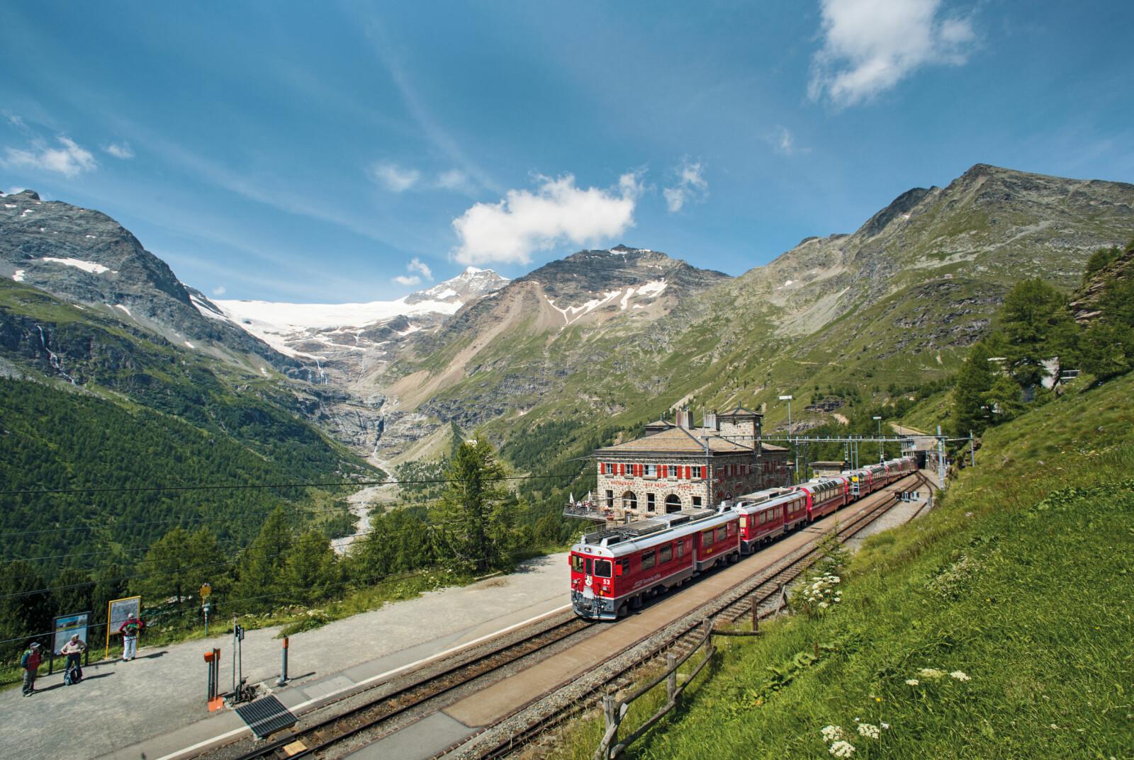 <b>BERNINA EXPRESS:</b> Med 55 tunneler og 196 broer byr Bernina Express på mange store opplevelser.