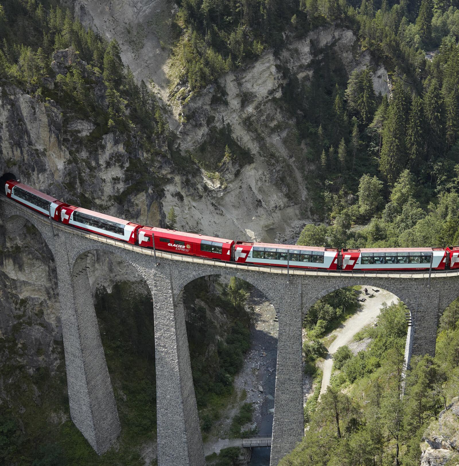 <b>GLACIER EXPRESS:</b>  Ved Oberalp-passet er banen på sitt høyeste. På bildet er toget på den 61 meter høye og 130 meter lange Landwasserviadukten fra 1902.