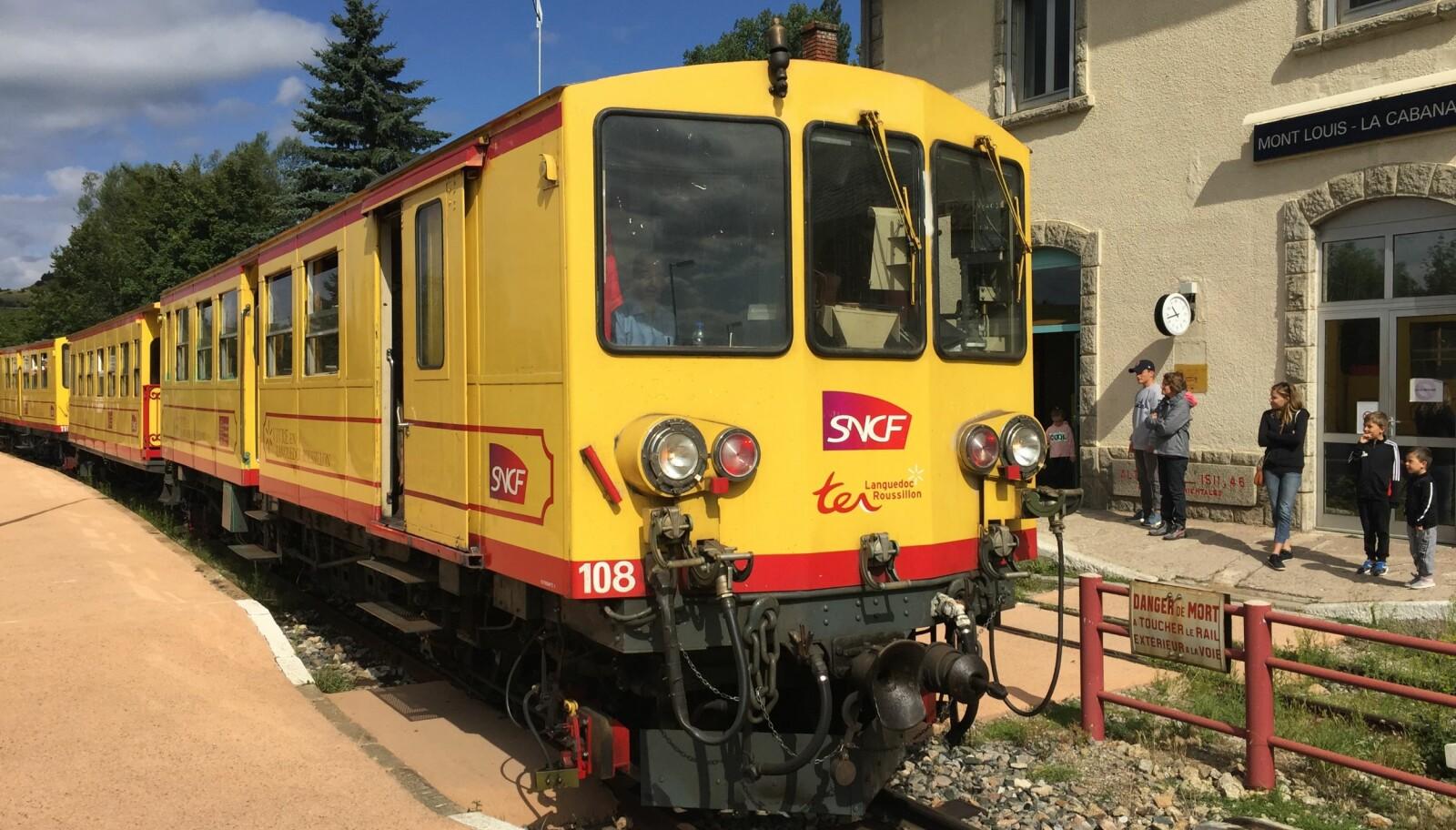 <b>GULT:</b> Det lille gule toget glir inn på stasjonen i Mont-Louis.