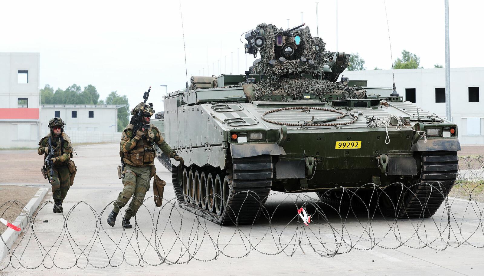 <b>ØVELSE:</b> Soldater fra Telemark bataljon foran en CV90 stingvogn under en øvelse i Altmark Training Area i Tyskland