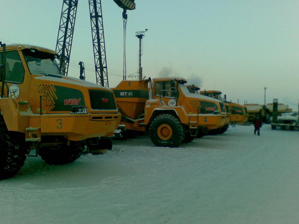 <b>SIBIR:</b> <br/>Moxy MT41 dumpere på en anleggsplass i Sibir. <br/>Til å begynne med ble oljefat med brennende diesel brukt som motorvarmere.