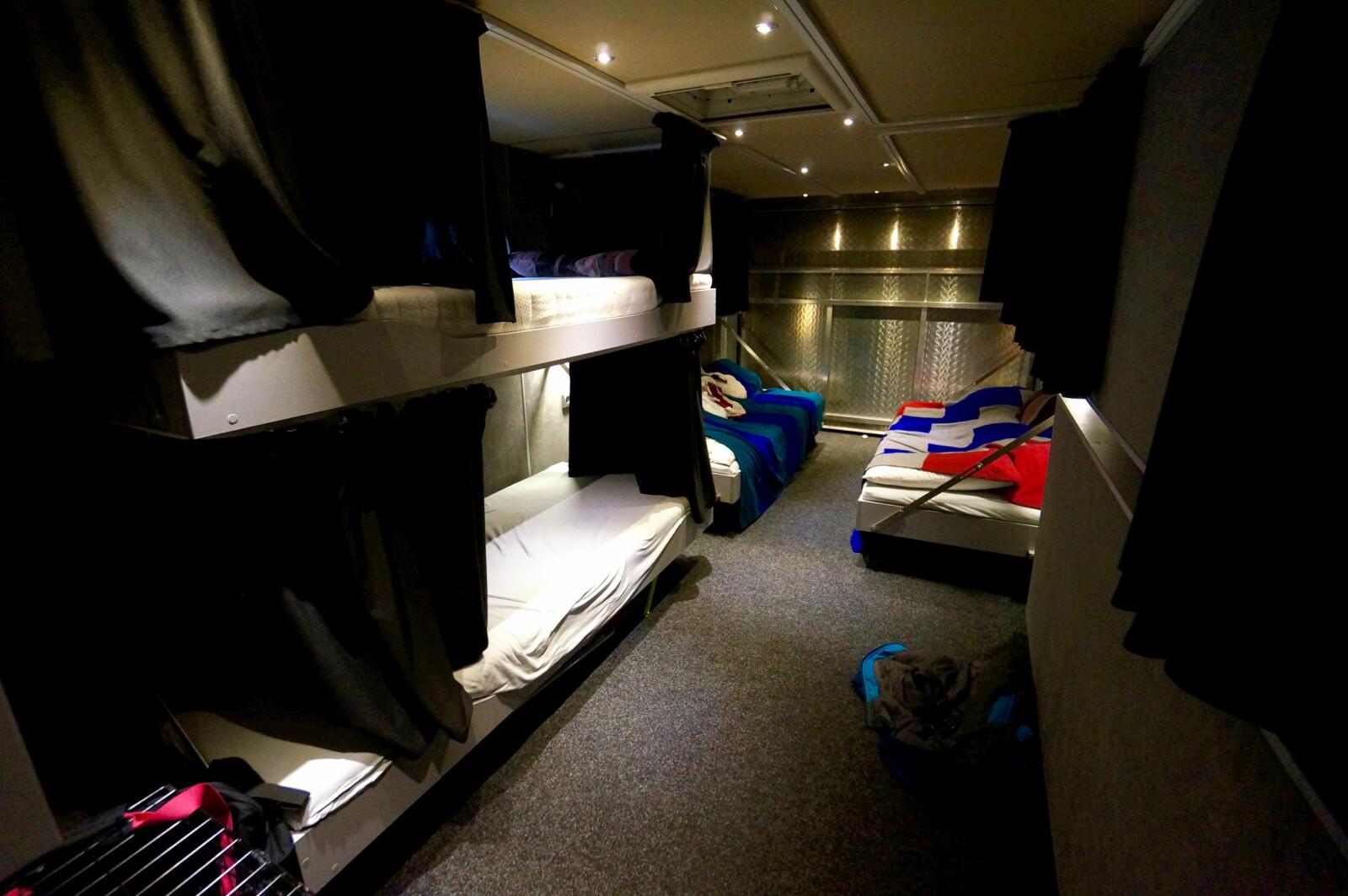 <b>STORT SOVEROM: </b>Seks senger kan felles ut fra veggene i soverommet bak.