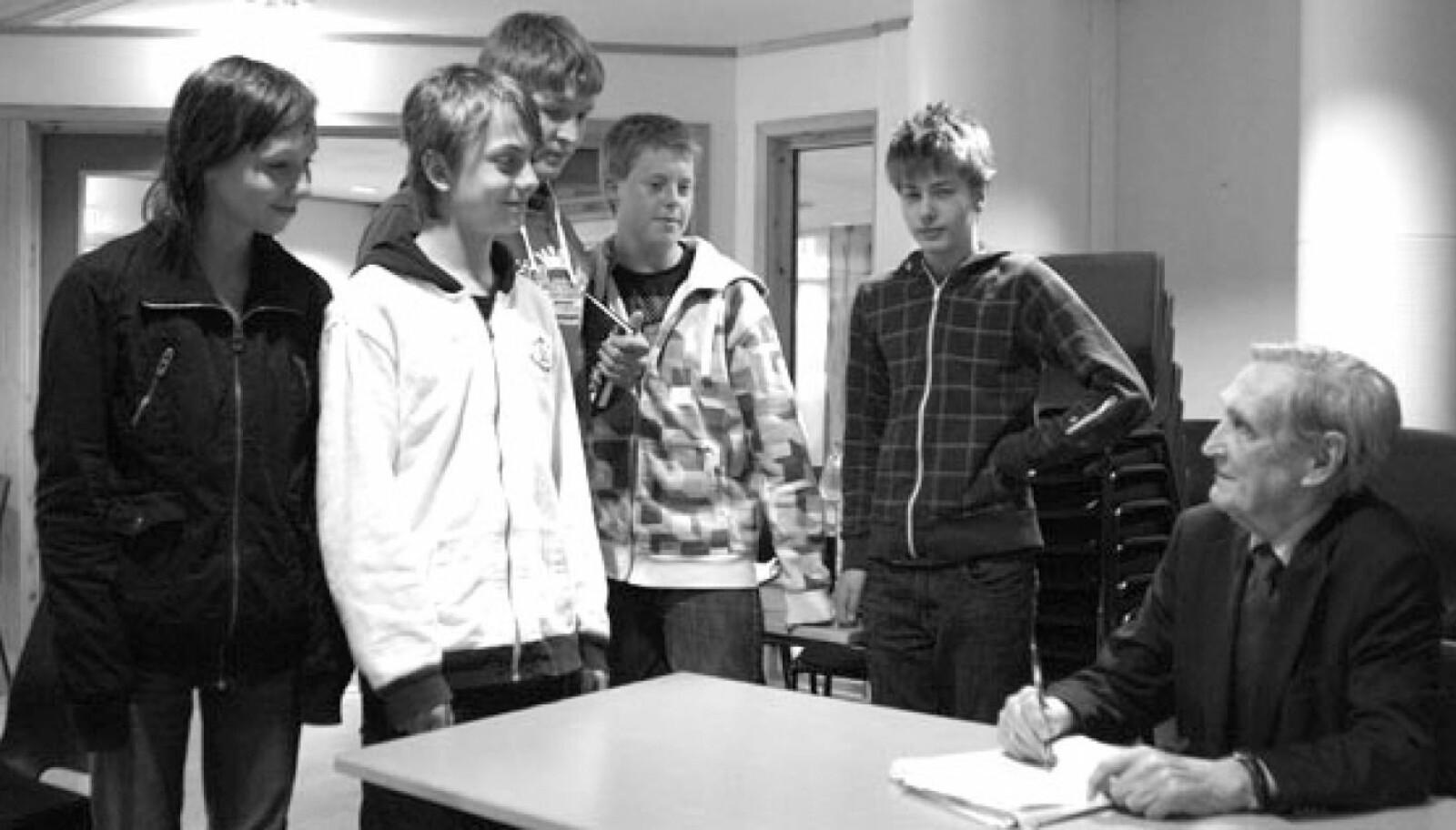 <b>KRIGSHELT: </b>Gunnar Sønsteby var demokratiets vokter og dedikerte mye tid til å reise rundt i Norge for å bevisstgjøre ungdommen på de grunnleggende verdiene vårt demokrati er tuftet på.